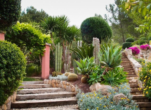 garden-amazing-succulent-garden-decoration-design-with-cream-stone-handrail-cream-gravel-stair-step-and-succulent-plant-for-garden-design-wonderful-succulents-garden-decoration-design-948x690